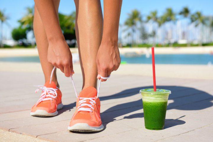 mulher-corredora-tomando-smoothie-cha-matcha-nutridirect