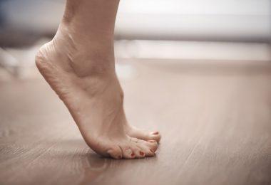 Mulher na ponta dos pés