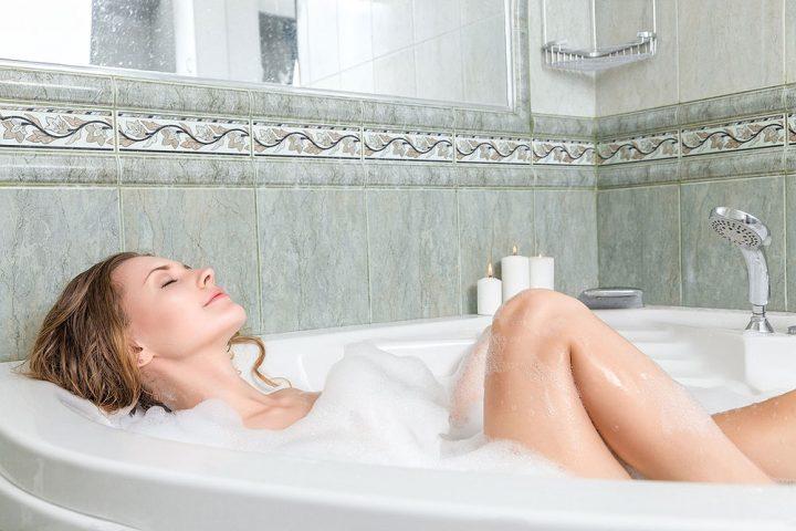mulher-tomando-banho-na-banheira