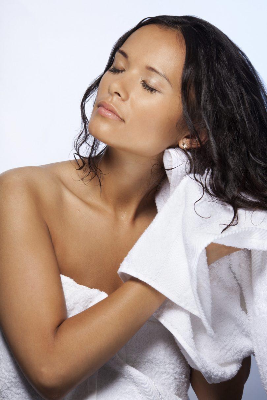 Dormir com cabelo molhado faz mal