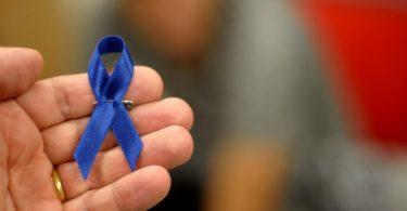 23nov2012-a-fita-azul-simbolo-do-movimento-da-saude-do-homem-foi-distribuida-a-todos-os-modelos-do-desfile-e-seus-acompanhantes-1353690028363_956x500