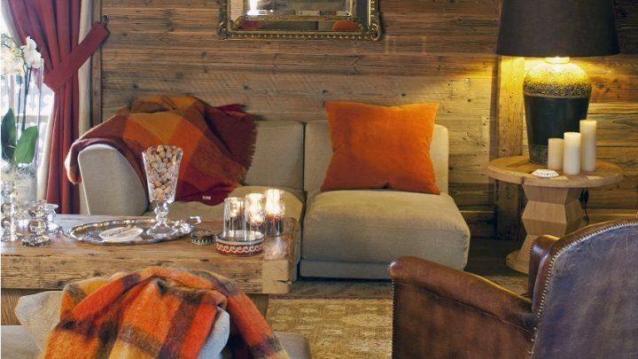 Gemütliches Wohnzimmer unter Dachschräge einer Holzhütte