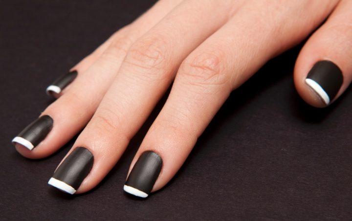 Unhas-decoradas-em-preto-fosco-francesinha-branca