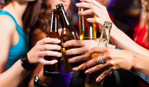 mulheres-animadas-bebendo-cerveja-balada