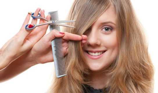 mulher-loira-cortando-cabelo