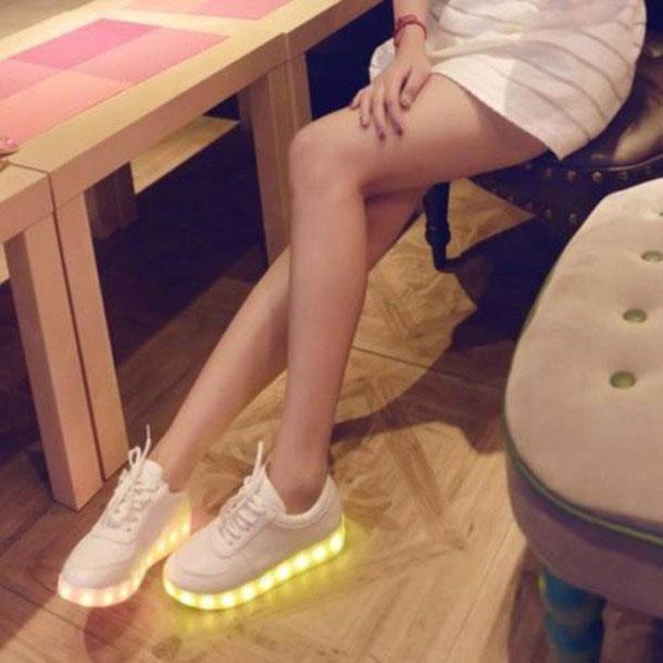 Tênis com LED e saia