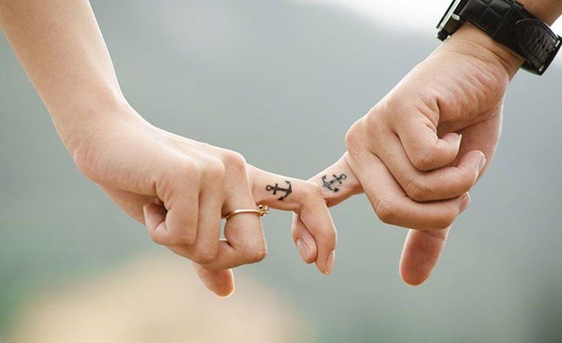 Tatuagem para casal âncora no dedo