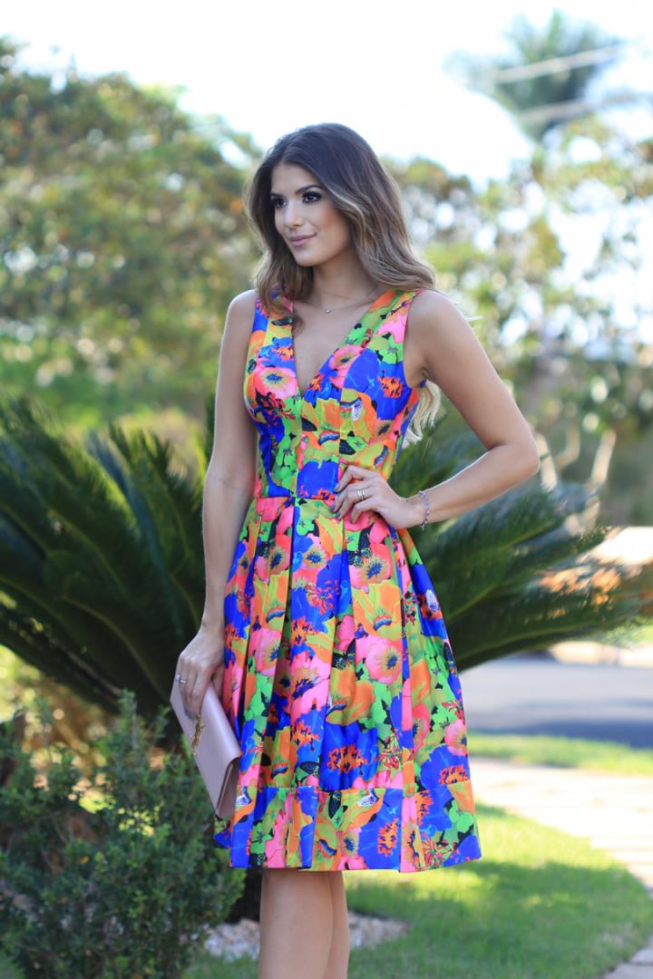 Vestido estampado colorido com decote