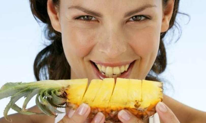 Resultado de imagem para comendo abacaxi