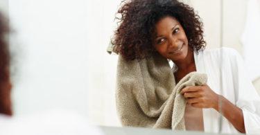 Secar cabelo com papel toalha