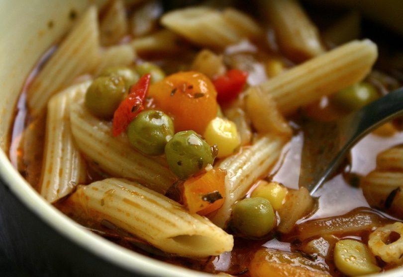Como fazer sopa de legumes com macarrão