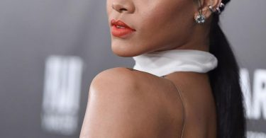5 famosas com piercing: Rihana