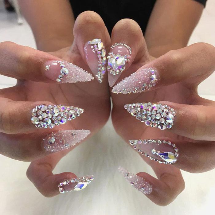 unhas decoradas com pedras diamantes