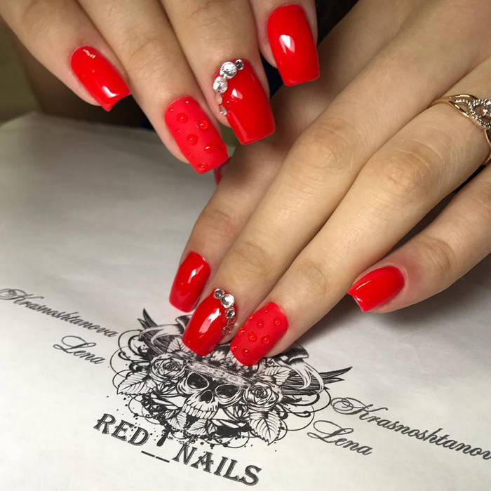 Unhas vermelhas decoradas