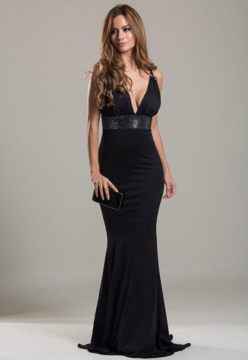 """8a87b3786c Looks com vestido longo preto sempre são uma opção certeira no guarda-roupa  das mulheres. Não é à toa que muitos chamam os looks com vestido preto de """"  ..."""