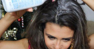 Talco no cabelo