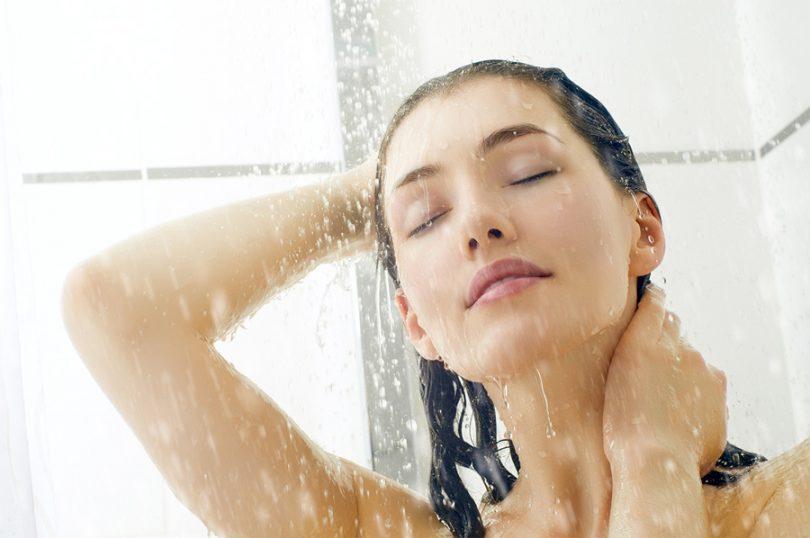 Lavar o cabelo com água quente faz mal?